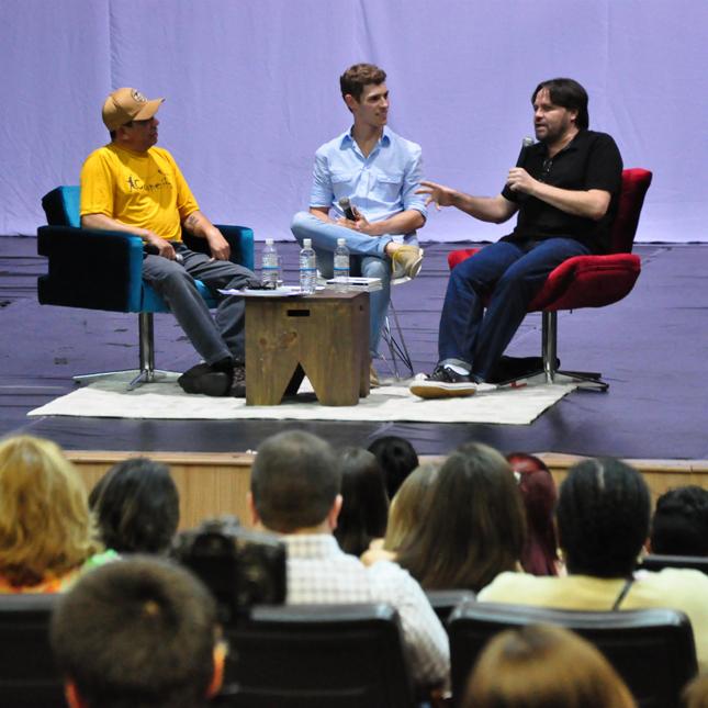 Ao centro, nosso editor e mediador Luiz Nadal; no veludo vermelho, o escritor Marcelino Freire e no veludo turquesa, o escritor Sérgio Vaz.