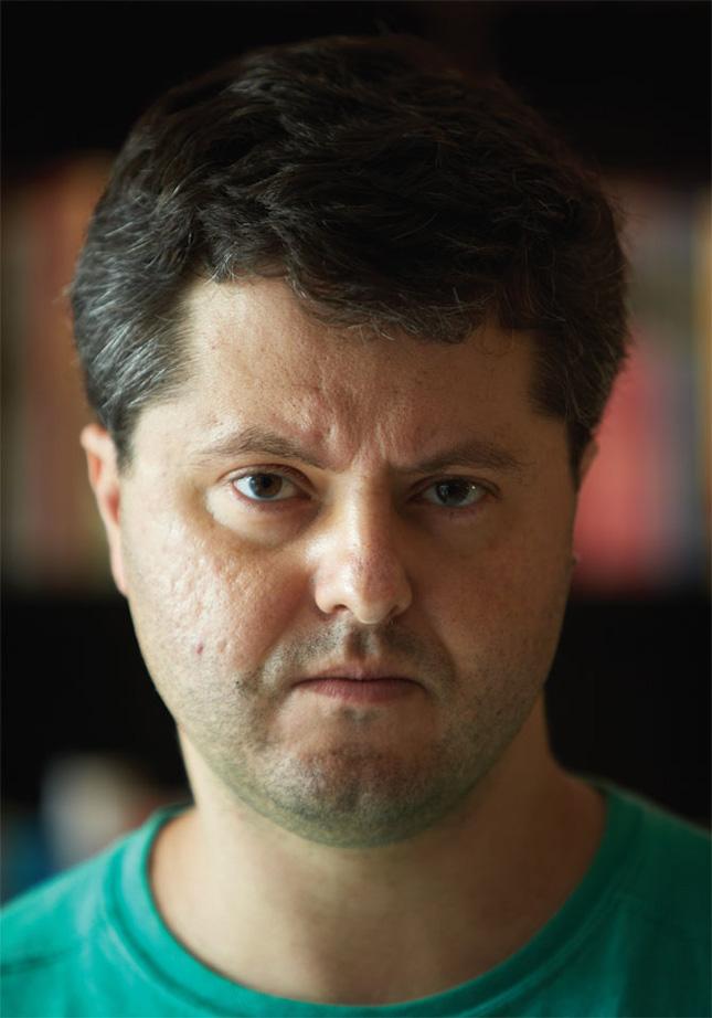 Escritor Ricardo Lísias com panca de mau em entrevista para revista Vice, por Bruno Cals.
