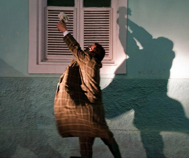 A peça de estreia, Ulisses Molly Bloom - Dançando para adiar, encena o clássico moderno do escritor irlandês James Joyce. Leopold Bloom, um homem comum, sai de casa de manhã para uma caminhada que dura até a noite. No retorno a casa, ele reencontrará sua esposa Molly na cama onde ela teria, em sua imaginação, passado o dia com um amante.